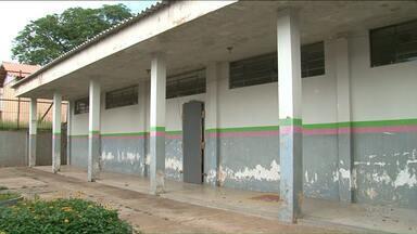 Alunos e professores aguardam conclusão de obras em colégio - A estrutura de um pavilhão do colégio Hilda Kamal foi prejudicada pela queda de uma árvore