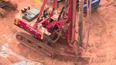 Máquina gigante de perfurar solo ameaça tombar em avenida de Águas Claras - A máquina passou por um piso irregular e ameaçou tombar sobre uma rede elétrica.