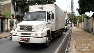 Equipe do RJTV foi conferir impacto no trânsito com funcionamento da Rodovia do Contorno - Objetivo da obra é desafogar o trânsito de veículos pesados no Centro de Volta Redonda, RJ.