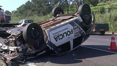 Policial e preso ficam feridos em acidente - O acidente foi na BR 376, perto de Ponta Grossa. O policial e o preso tiveram ferimentos leves. Outro policial que estava na viatura, não se feriu.