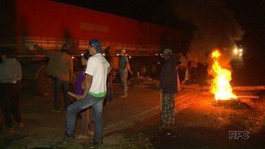 Rodovias interditadas causam desabastecimento em Pinhão - Os bloqueios começaram na quarta-feira. Agricultores sem-terra protestam em apoio à Associação dos Posseiros, que foram despejados de uma área em Pinhão. A justiça mandou o MST desobstruir a estrada, mas a ordem ainda não foi cumprida.