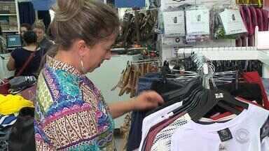 Aumento no movimento anima lojistas gaúchos que voltam a contratar - Assista ao vídeo.