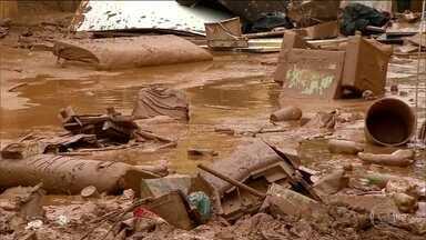 Lama e acúmulo de lixo são obstáculos para moradores em MG - Sobe para 4 o número de mortos nos temporais que atingiram Minas.