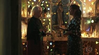 Duda conhece Mercedes e duvida dos poderes da vidente - Ela comenta com Leandra sua falta de confiança em Mercedes