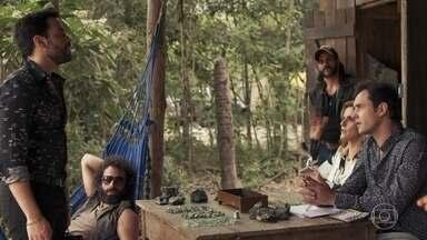 Gael atende compradores de esmeraldas e Amaro se apresenta - O português participa de jogo de pôquer com Sophia