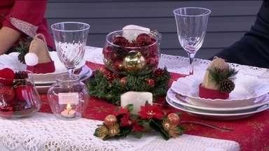 Saiba como decorar com bastante economia a mesa para o Natal - A design de interiores Mariana Vigné mostra como criar uma bela mesa para a ceia de Natal, com criatividade e sem gastar muito. Para fazer a decoração, ela diz que é possível reaproveitar peças que já têm em casa.