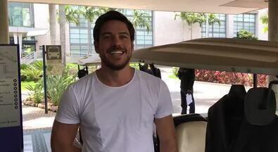 Marco Pigossi e Tonico Pereira se encontram nos Estúdios Globo antes do Troféu Domingão - Atores interpretaram pai e filho na novela 'A Força do Querer'