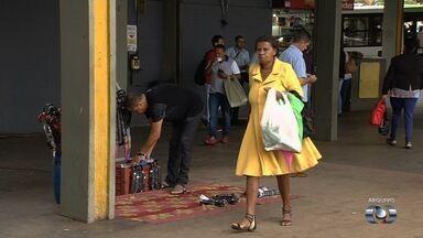 Continua a proibição para vendedores abulantes trabalharem nos terminais de Goiânia - Depois da confusão da última semana, poucos trabalhadores insistem em montar barracas no local.