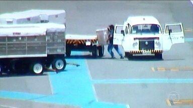 Polícia prende quadrilha que roubava celulares em aeroporto de Brasília - Eles revendiam as cargas de aparelhos na feira dos importados. Operação aconteceu no Aeroporto JK. A quadrilha era investigada desde outubro. Eles combinavam o roubo nos dias de menor movimento no pátio, geralmente aos sábados.