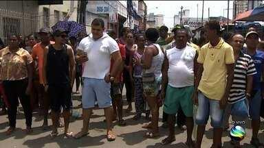 Após polêmica feirantes são retirados de rua do Centro de Aracaju - Após polêmica feirantes são retirados de rua do Centro de Aracaju.