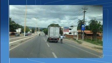 Especialista comenta flagrantes de ciclistas pegando carona em carroceria de veículos - Outras informações no g1.com.br/ce