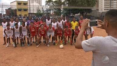 Kanu reúne amigos e promove baba solidáriono bairro Boca do Rio - Muita gente foi até o campo do Curralinho para ver a partida.