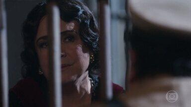 Lucerne comenta com Quebra-Queixo sobre a tristeza no olhar de Inácio - Madame Lucerne e Quebra- Queixo jogam carta