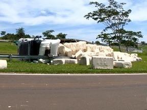 Caminhão tomba em alça de acesso a Álvares Machado - Motorista teve ferimentos leves.