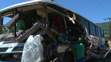 Continua internada uma das vítimas de um grave acidente na BR-277, região de Guarapuava - O acidente envolveu um ônibus e um caminhão. Onze pessoas ficaram feridas.