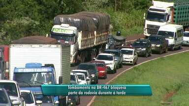 Caminhão tomba e interdita parte da pista da BR-467 entre Cascavel e Toledo - Um congestionamento de 4 km se formou no sentindo à Toledo.