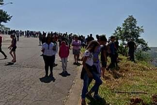Alunos de escola estadual participam de plantio de mudas no Jardim Layr - Área já foi considerada de risco de desmoronamento.
