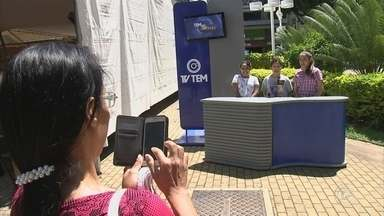 Moradores mandam mensagem em homenagem ao aniversário de Jundiaí - Jundiaí completa 362 anos nesta quinta-feira (14) e os moradores da cidade gravavam mensagens ao município no cenário montado pela TV TEM.