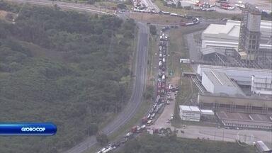 Protesto na PE-09 provoca engarrafamento na Rota do Atlântico - Manifestação durou duas horas nesta segunda-feira (11).