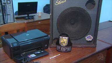 Polícia prende um jovem e apreende um menor suspeitos de roubar escola em Macapá - Crime aconteceu no fim de semana no bairro Beirol, Zona Sul. Dupla levou equipamentos eletrônicos e material de limpeza.