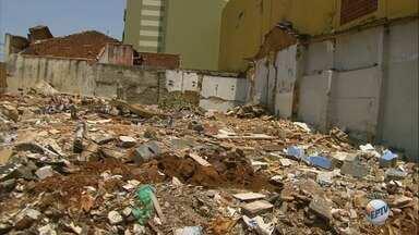 Restos de casa demolida causam transtornos aos moradores do Campos Elíseos em Ribeirão - O terreno que fica no cruzamento das ruas Onze de Agosto e Rio de Janeiro está cheio de entulho há oito meses.