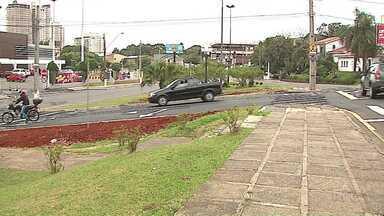 Prefeitura muda trânsito na região de Olarias - Canteiro central da Avenida Silva Jardim foi aberto e semáforo de retorno foi retirado