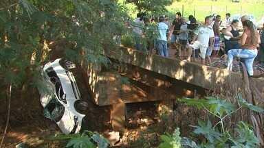 Carro cai dentro de córrego em Cravinhos, SP - Acidente aconteceu em avenida em obras no bairro Osvaldo Netto.