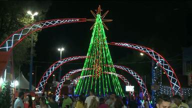 Familías aproveitam decoração natalina na cidade de Patos, no Sertão da PB - A decoração da cidade tá fazendo sucesso.