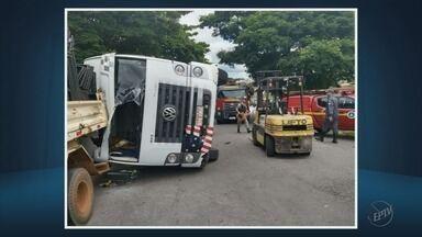 Caminhão carregado com sucatas tomba sobre carro em Varginha (MG) - Caminhão carregado com sucatas tomba sobre carro em Varginha (MG)