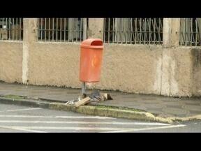 Lixo acumulado nas ruas ajuda a provocar alagamentos nas cidades - Várias regiões registram problemas deste tipo em período de chuva.