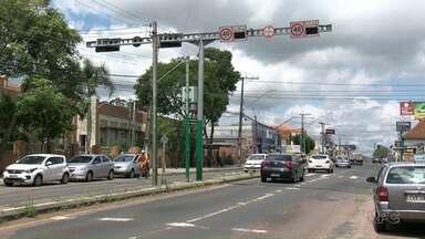 Número de multas por excesso de velocidade aumentou em quase 30% em Ponta Grossa - Os dados do Detran são dos três primeiros trimestres de 2017. As multas foram aplicadas por 34 radares espalhados pela cidade.