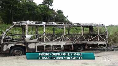 Bandidos queimam ônibus escolar e trocam tiros com a PM depois de roubarem agrotóxicos - Criminosos roubam carga de agrotóxicos e durante a fuga queimam ônibus e trocam tiroteios com políciais