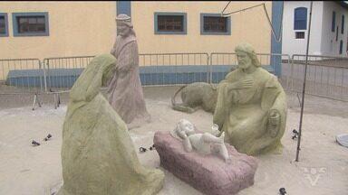 Presépio feito com areia é atração em Itanhaém - Artista levou 15 dias para esculpir o presépio.