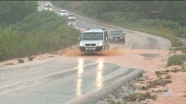 Trecho da BR-101 no sul do estado é interditado após pedra se desprender de barranco - Vários trechos da rodovia estão com problemas, por causa das fortes chuvas que têm caído na região nos últimos dias.