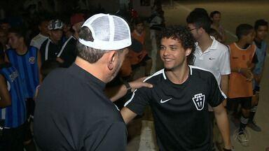 Victor Ferraz vai com colegas do Santos a projeto social de João Pessoa - Atletas vão à projeto que tira meninos da rua com a ajuda do futebol e são tietados pelos pretensos futuros craques