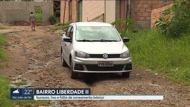 Moradores de bairro em Contagem sofrem com falta de serviços básicos - Falta asfalto, coleta de lixo e saneamento básico.
