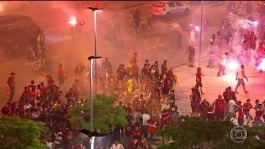 Torcedores do Flamengo vivem clima de guerra na partida contra o Independiente - Cenas de selvageria da torcida no Maracanã marcam a final da Copa Sul-Americana e o futebol brasileiro busca melhorias