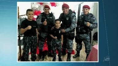 Policiais militares recebem convite para festa de aniversário de um garoto em Maracanaú - Saiba mais em g1.com.br/ce