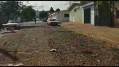 Moradores reclamam de crateras em rua no Ipiranga em Ribeirão Preto - Prefeitura diz que enviará equipe para avaliar o local.