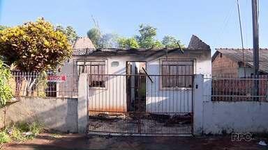 Casa é destruída por incêndio em Foz do Iguaçu - Foi na madrugada de domingo (17).