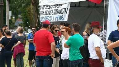 Professores protestam em várias cidades do estado - Segundo sindicato da categoria, a mobilização é contra redução de salário