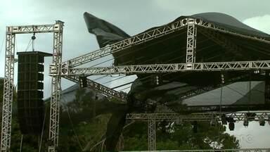 Estrutura montada na prainha de Santa Terezinha de Itaipu é destruída por temporal - Evento fazia parte da abertura da temporada de verão.