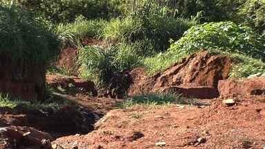 Moradores cobram asfalto no setor Retiro do Bosque, em Aparecida de Goiânia - Prefeitura disse que vai mandar uma equipe para verificar as medidas que podem ser tomadas no local.