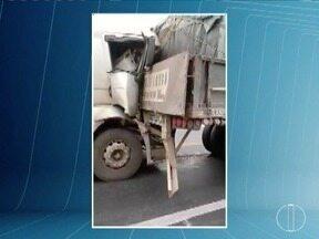Carreta perde freio e motorista que seguia na frente consegue evitar acidente - Veículo perdeu os freios na BR-251.