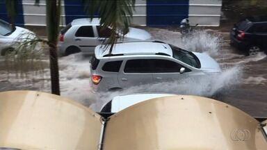 Chuva forte alaga diversas ruas de Goiânia - Motociclista precisou de ajuda para conseguir passar por avenida.