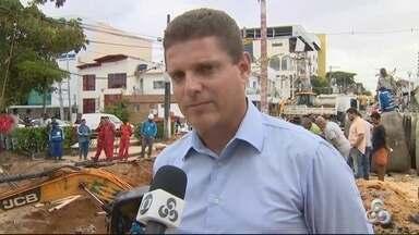 Após cratera abrir na Rua Pará, Prefeitura exige ressarcimento da Manaus Ambiental - Prefeitura assumiu obras emergenciais para recuperar trecho de via, que está interditada desde a manhã de domingo (17).