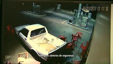 Bandidos tentar arrombar posto de combustível com pick-up - Neste ano, esta foi a terceira vez que o local foi invadido por assaltantes.
