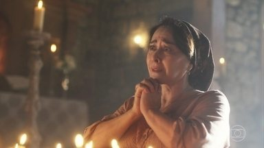 Henriqueta se martiriza ao saber que doces fizeram mal à Mariana - Elvira consola a amiga