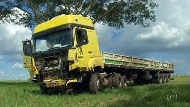 Casal morre carbonizado após carro bater em caminhão e explodir - Um casal de Frutal (MG) morreu carbonizado após uma colisão entre o carro que eles estavam e um caminhão, na rodovia Transbrasiliana (BR-153), em Icém (SP), na tarde desta segunda-feira (18).