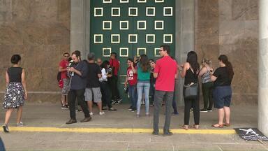 Professores invadem Palácio Iguaçu em Curitiba - Eles reclamam da redução nos salários.